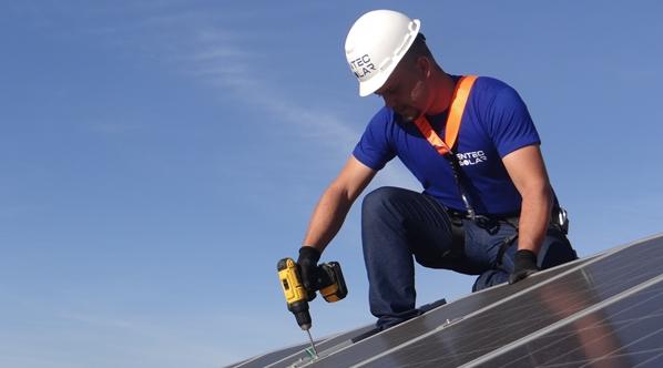 Paranaenses instalam painéis solares e diminuem gasto com energia em 95%