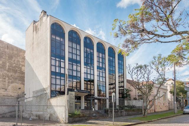Outro edifício com arcos que lembram Brasília
