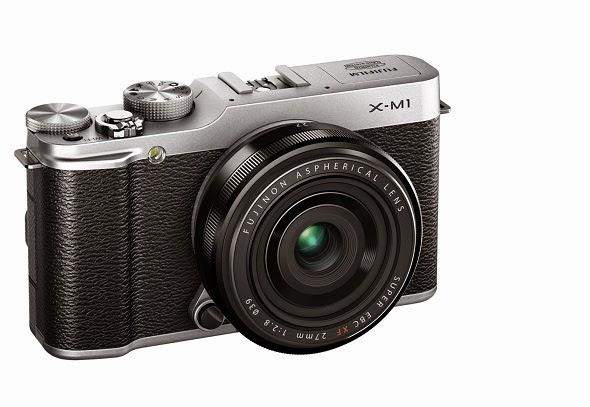 Fotografia di trequarti da sinistra della Fujifilm X-M1 con il Fujinon XF 27mm