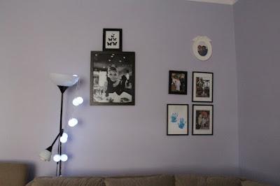 czarne ramki, zdjęcia na ścianie, galeria