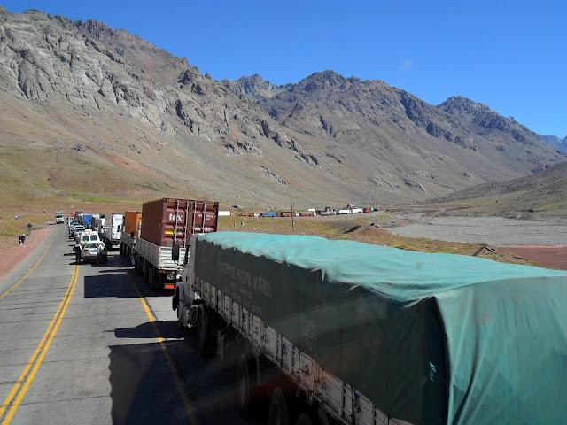 ATRAVESSAR OS ANDES, cruzando do Chile para a Argentina numa estrada brutal   Chile e Argentina