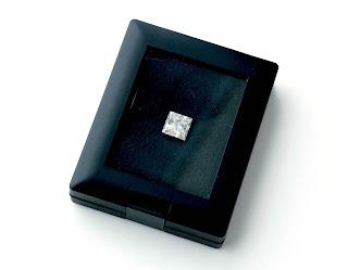 ルースケースに入れて撮った5ctのプリンセスカットダイヤモンドの写真