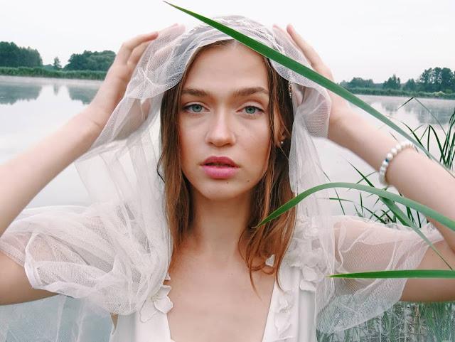 sesja w mgle-modelka-biała sukienka- dreamy-white dress-model-baśniowa sesja-zdjęcia w mgle-kwaity