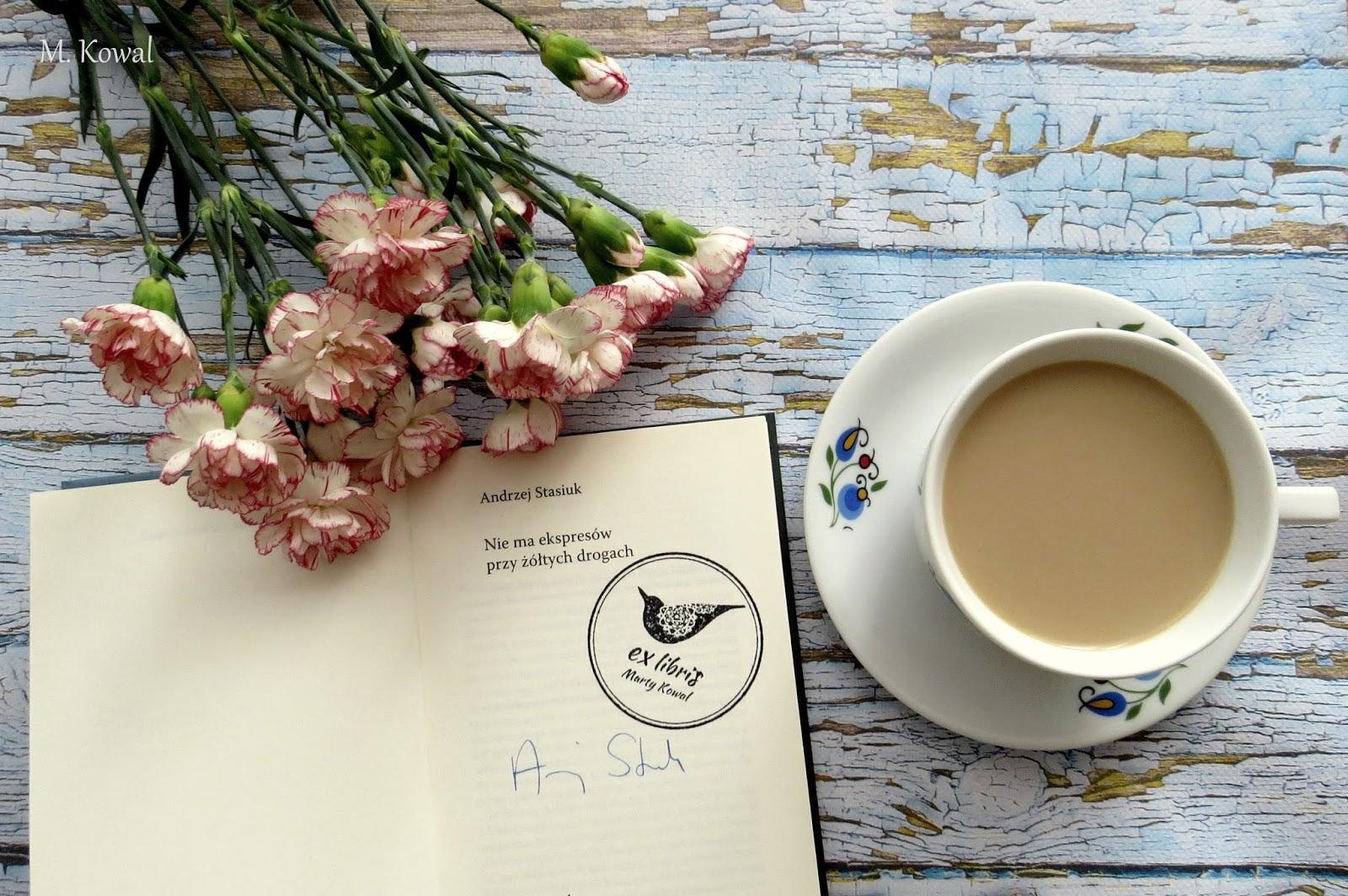 deski, goździki, filiżanka kawy