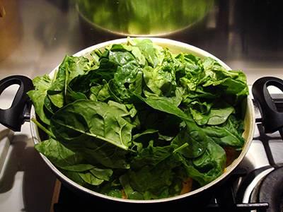 A cottura quasi ultimata unire le foglie di spinaci
