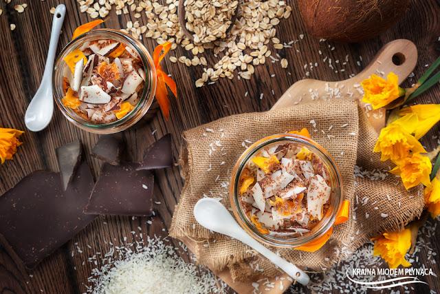 nocna owsianka, kokosowa owsianka, płatki na mleku, owsianka bounty, pożywne śniadanie, pomysł na śniadanie, szybkie śniadanie, zdrowe śniadanie, zdrowy deser, deser kokosowy, deser czekoladowy, deser z kokosem, deser z czekoladą, kraina miodem płynąca