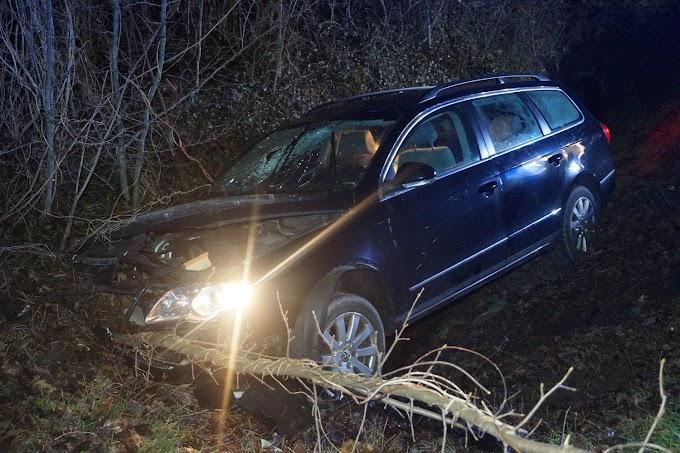 VW Passat landet im Straßengraben