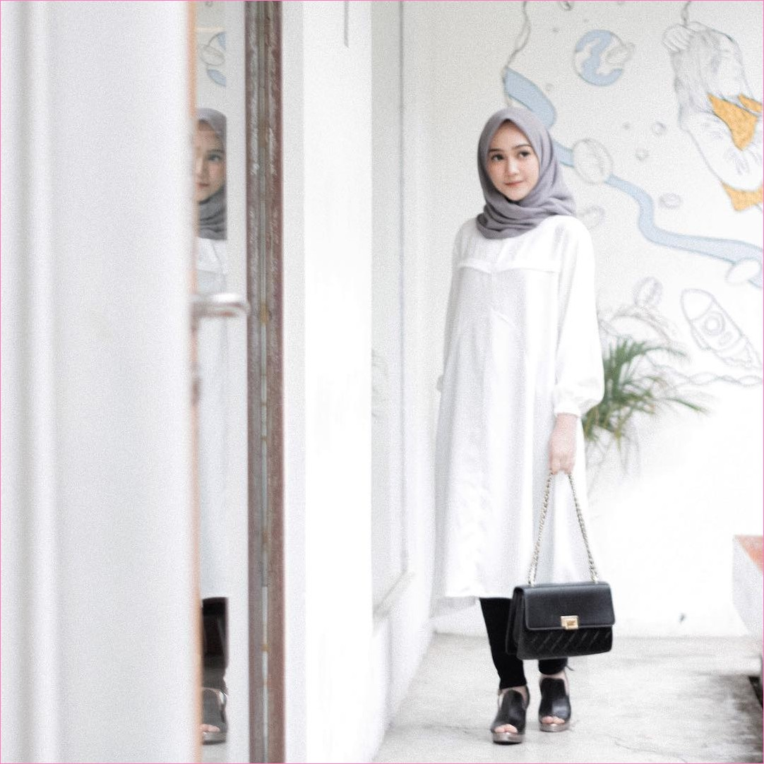 Outfit Kerudung Segiempat Ala Selebgram 2018 kerudung segiempat hijab square scarf polos abu baju tunic putih celana bahan handbags gucci loafers and slip ons lace ups hitam ootd trendy kekinian hijabers lukisan tembok jendela