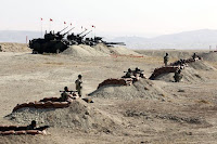 Mevziler arkasında korunan Türk askerleri, uçaksavar, tank ve topları