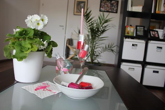 Auf meinen Wohnzimmertisch startet gerade eine Essie Party. Die wilden Farben spielen miteinander.
