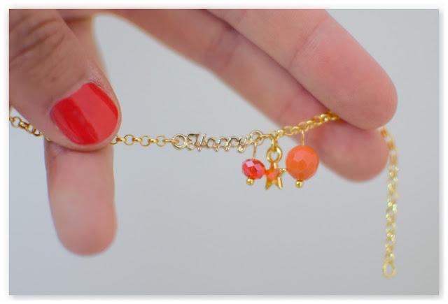bracelet gourmette mot happy doré et perles couleurs chatoyantes