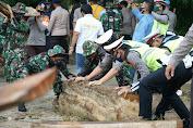 TNI-Polri Dan Pemda Lutra Gotong Rotong Bersihkan Sisa Material Banjir Masamba