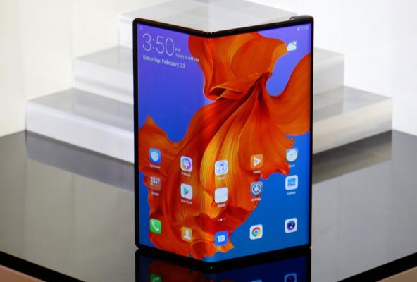 أكدت شركة Huawei أن هاتفها الذكي القابل للطي سيكون متاحًا في الشهر المقبل. بعد النكسات التي واجهتها Samsung مع Galaxy Fold ، كان من الممكن أن تدفع الشركة المصنعة الصينية تاريخ الإصدار لضمان جودة طرازها ، ولكن يبدو أن العلامة التجارية مقتنعة بجودة منتجها ،و سيتم إطلاقه بشكل رسمي في الموعد المحدد.