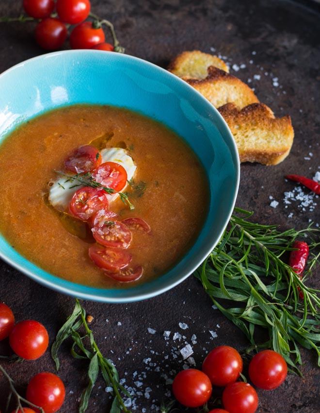 Gekühlte Tomatensauce aus ofengerösteten Tomaten