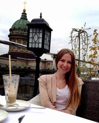Russin Alena beim Cafet rinken / Ostblock Frauen