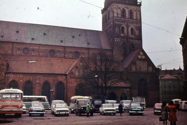 Вторая половина 1970-х годов. Рига. На площади 17 Июня возле Домского собора (в те годы Концертный зал органной музыки). РАФы