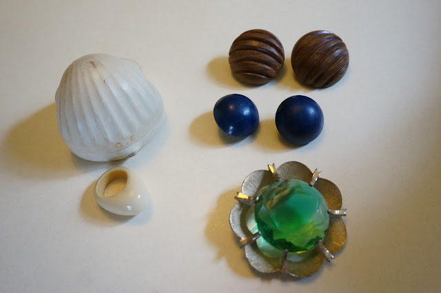 des boucles d'oreille, bague et broche  60s earrings , ring and brooch 1960s années 60