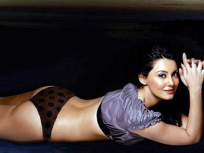 Minissha Lamba Ass in Bikini