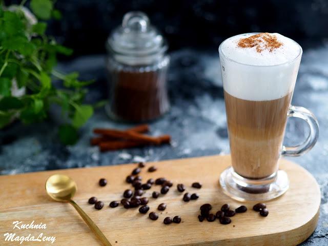 Kawa latte macchiato z cynamonem