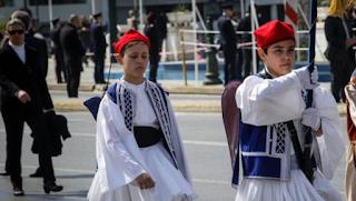 Μαθητική παρέλαση στο Σύνταγμα -Περήφανοι τσολιάδες, μαντήλες και παιδικά χαμόγελα