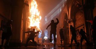إحراق كنيستين مع إحياء آلاف التشيليين الذكرى الأولى لحركة الاحتجاج