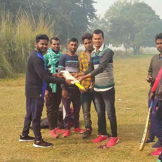 Mithilesh%2BKumar%2BRajbhar%2B2 नववर्ष के अवसर पर मिथिलेश कुमार राजभर ने युवाओं को बल्ला भेंट दिया।
