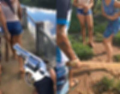Adolescentes foram agredidas na Barragem do Cajueiro.  A Polícia Militar resgatou na noite de quarta-feira (01/04), duas adolescentes que teriam sido sequestradas e agredidas por três indivíduos, um deles armado com um revólver. Um vídeo que circula nas redes sociais mostra as agressões sofridas pelas menores, na Barragem do Cajueiro, em Jequié.  Após uma denúncia anônima, policiais militares do 19º BPM conseguiram interceptar, no início da madrugada dessa quinta-feira (02), um veículo com os três suspeitos e as duas adolescentes.  Segundo informou a PM, ss vítimas informaram que haviam sido sequestradas na tarde de quarta-feira (01), por volta de 15:30h, quando andavam pela via pública. Após sofreram espancamentos, as duas foram levadas para a cidade de Jequié e trancadas numa casa.  A Polícia informou que, possivelmente, as duas garotas seriam entregues aos demais integrantes da quadrilha na cidade de Jitaúna, e corriam sério risco de serem assassinadas. Os três suspeitos presos, de nomes e idades não informados, foram apresentados na 9ª Coorpin. Eles poderão responder por sequestro, cárcere privado e tortura. (Informações do Giro Ipiaú)