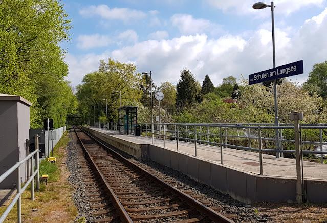Küsten-Spaziergänge rund um Kiel, Teil 6: Der Rundweg um den Langsee. Zu diesem Spaziergang könnt Ihr mit öffentlichen Verkehrsmitteln, mit dem Bus bzw. der Bahn anreisen. Eine Haltestelle liegt nah am Startpunkt der Tour.
