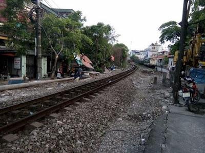 Những ngôi nhà nằm ngay bên đường sắt