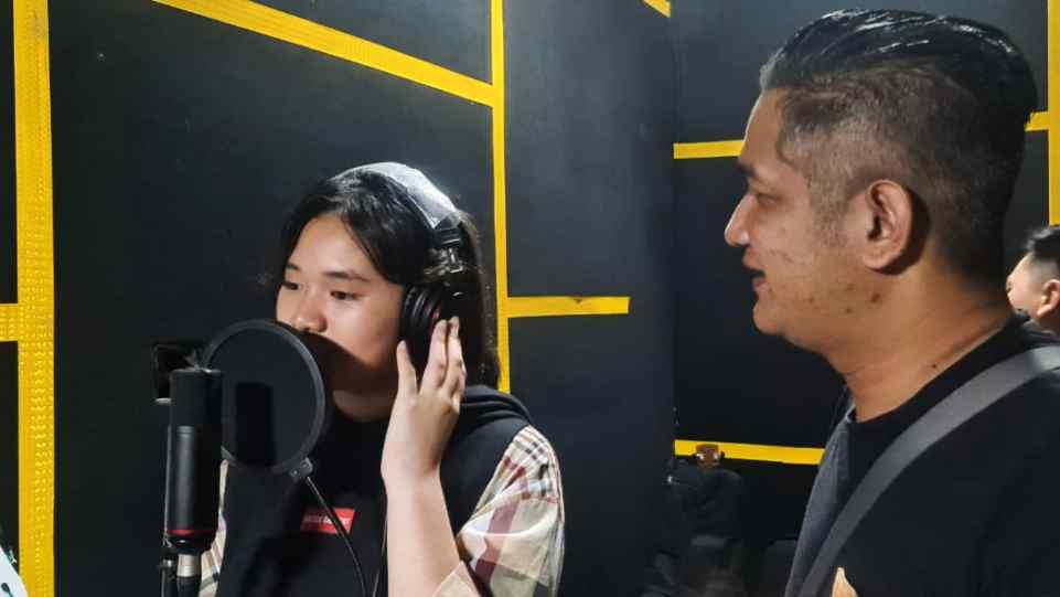 Rulli Aryanto saat dampingi Bea Serendy rekam vokal untuk lagu Sampai Matahari Berhenti Bersinar di Prima Founder Studio - Yogyakarta.