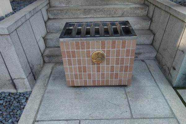 耐火レンガをあしらった賽銭箱