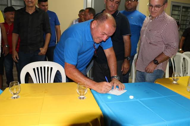 Empresário Trajano Paulo assinando ficha de filiação ao PSDB (Foto: Cícero Loiola/ Portal Elesbão News)