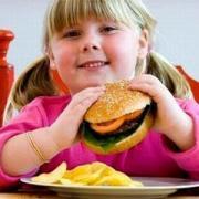 Kiểm soát trẻ ăn quà vặt để tránh béo phì