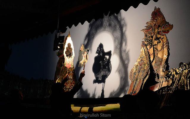 Pertunjukan Wayang Kulit di Alun-alun Kota Magelang
