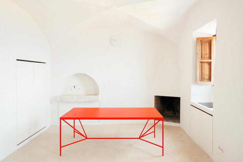 Salón y cocina en casa restaurada en Mallorca