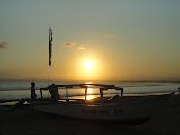 Sunset dan perahu pesiar Pantai Pangandaran