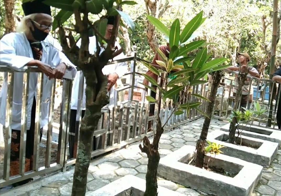 Makam Kyai Zainal Abidin Bulakblawong Babadan Lor