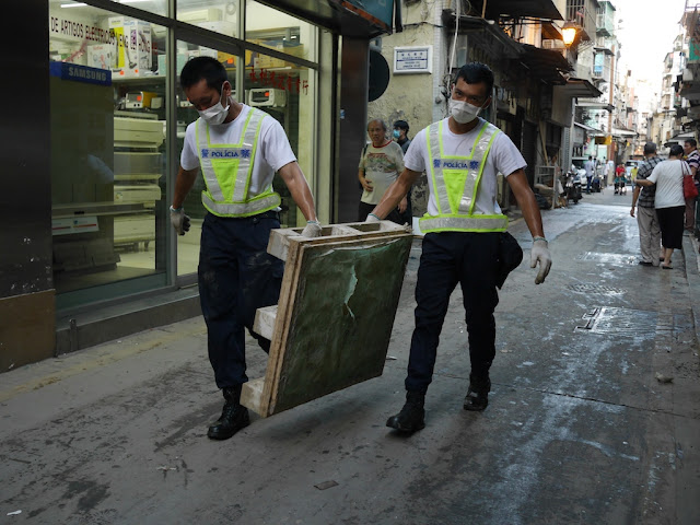 Police moving debris on Rua das Estalagens