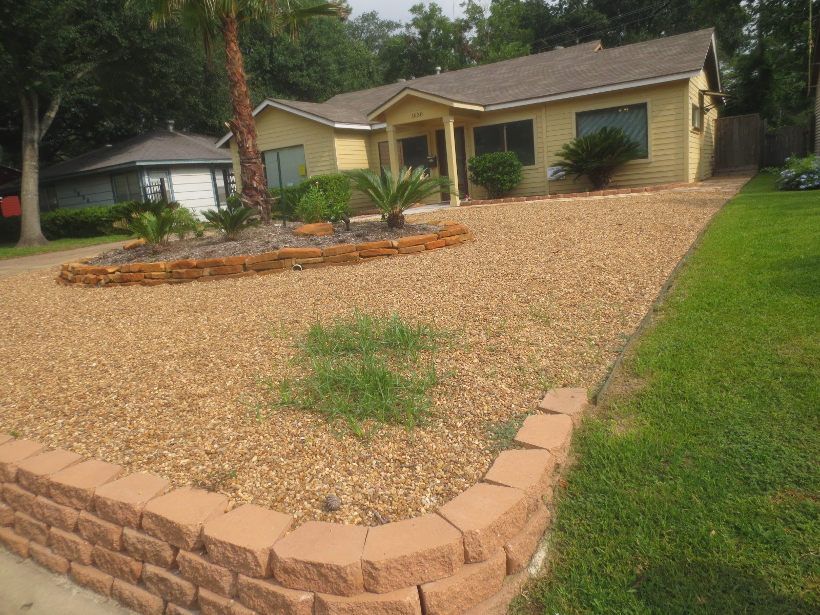 Tropical Texana: PREVENTING YARD WARS! BOUNDARY IDEAS WHEN ... on Gravel Front Yard Ideas id=90979