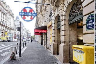Paris : Stations de métro en pied d'immeuble et accès dits en boutique, curiosités hors-sol empruntées au modèle britannique