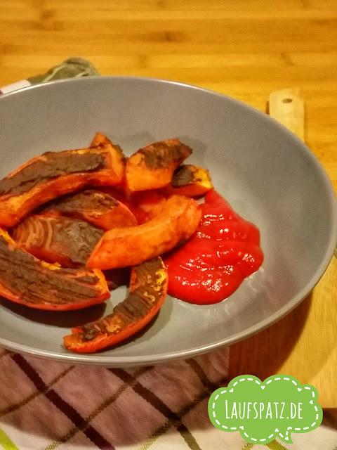 vegane Kürbis Wedges aus dem Ofen mit würziger Hanfproteinkruste mit Ketchup