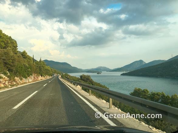 Adriyatik denizi kıyısında Hırvatistan yolları