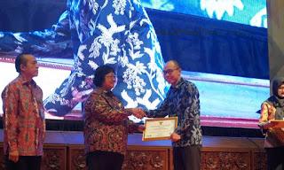 Kementerian Lingkungan Hidup dan Kehutanan (KLHK) memberikan penghargaan kepada PT Indocement Tunggal Prakarsa Tbk