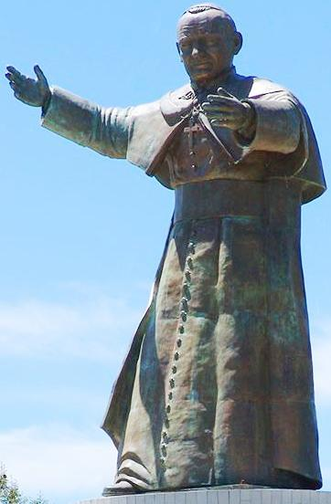 Foto del monumento de Juan Pablo II extendiendo las manos