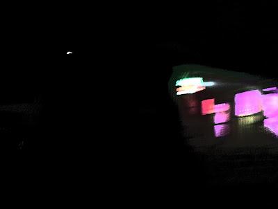 vitrines avec néons la nuit