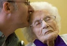 Madre recibiendo el beso de su hijo
