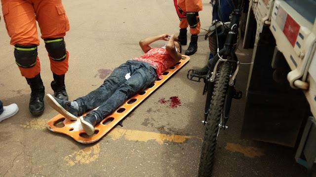 Ciclista fica em estado grave ao ser atropelado por caminhão na Capital