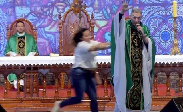'मोटी महिलाएं स्वर्ग नहीं जाती..' पादरी की ये बात सुनकर मोटी महिला ने दिया धक्का