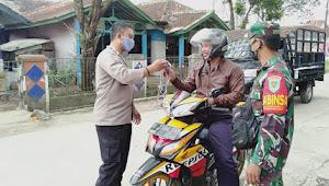 Sambangi Desa Binaan, Binmas Pameungpeuk Polresta Bandung Sampaikan Edukasi 5M