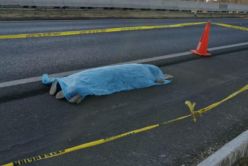 Durante asalto, dos mujeres saltan de transporte para evitar robo; una falleció